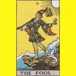 Arti kartu Tarot the Fools atau si Bodoh menggambarkan sebuah perjalanan tanpa diikuti dengan kekhawatiran dan ketakutan akan apa yg terjadi.